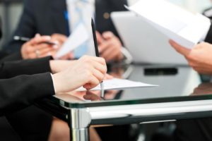 image illustrant une avocate en réunion de travail